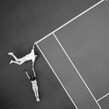 Mujer tenista y hombre deportista para spot en Donostia