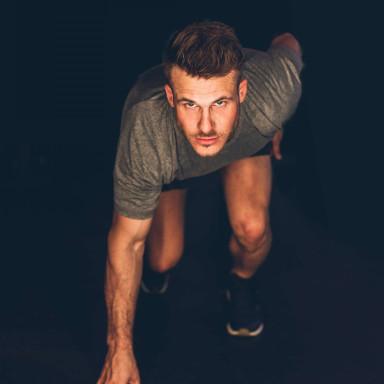 Hombre atlético para vídeo corporativo de marca deportiva
