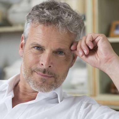 Hombre elegante, maduro, canoso de entre 40 y 50 años para videoclip